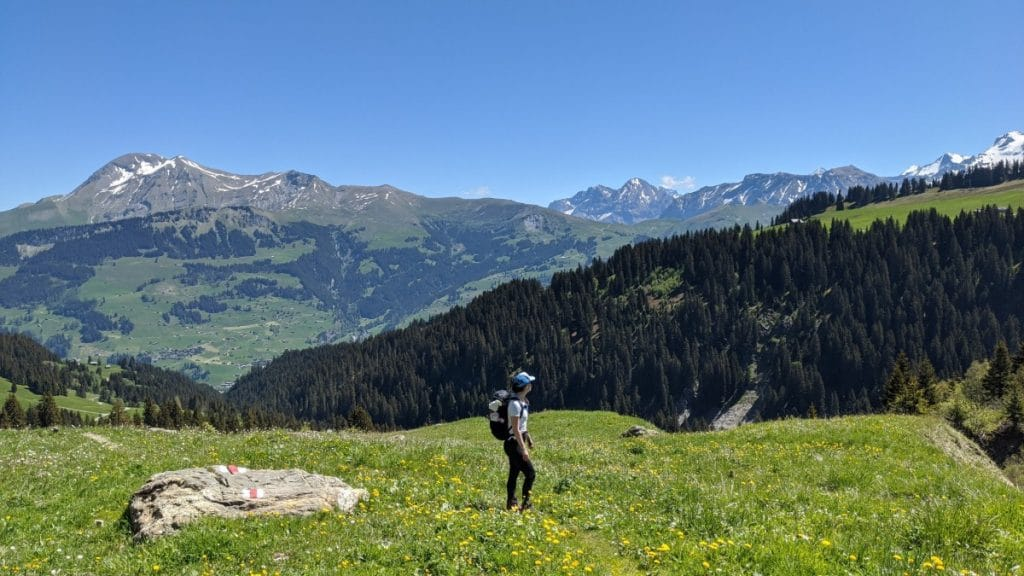 Solène hikes up to Truettlisbergpass. In the background view of the Swiss Alps.