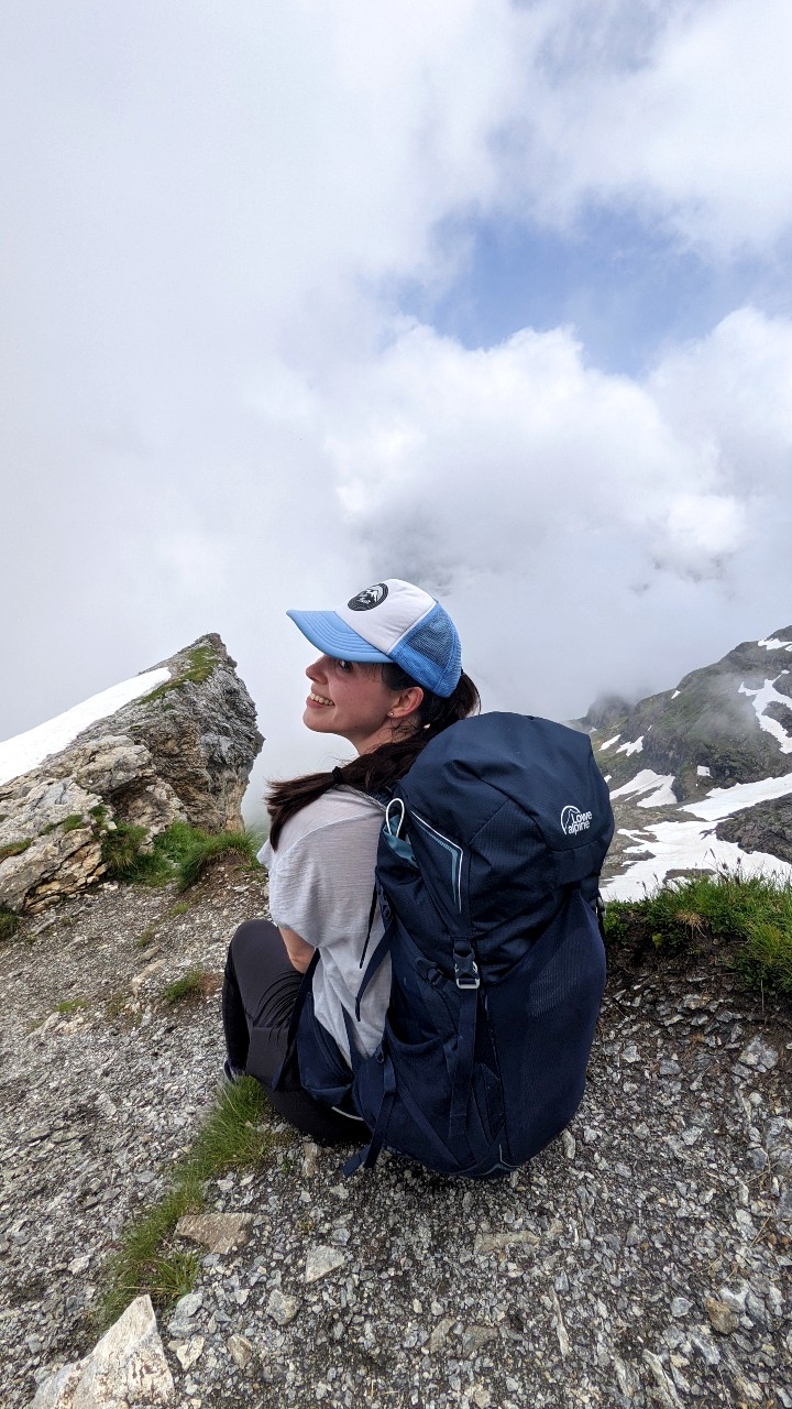 Solène taking a rest while hiking to Hohtürli - Blüemlisalphütte